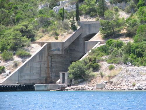 Če za trenutek prekinemo jadranje si lahko ogledamo vojaške mornariške bunkerje na obali