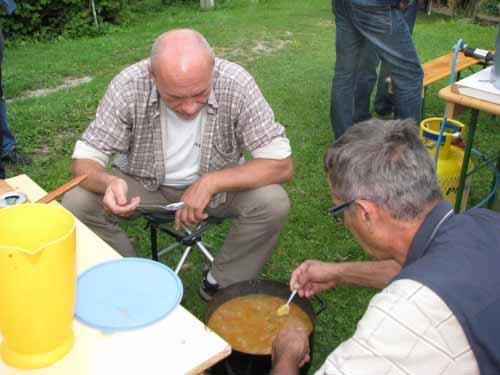 Tako kot vsako jed, je treba tudi Kostelski čušpajs med pripravo poizkušati.