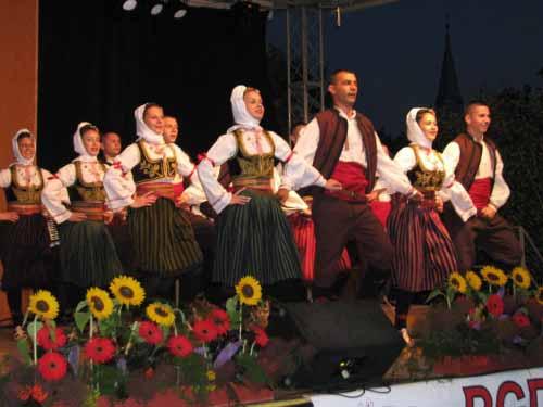 Za folklorne skupine so prireditve Pranger - sramotilni steber dobrodošla priložnost za nastop