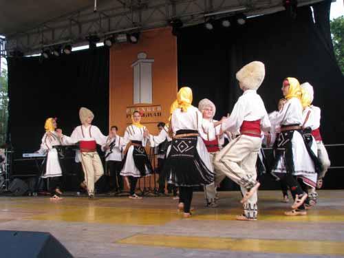 Da bi prireditve Pranger - sramotilni steber še bolj uspele poskrbijo tudi folklorne skupine iz tujine