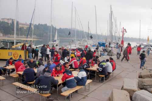 Čakanje na veter nad slovenskim morjem in s tem začetek jadranja udeležencev ni dosti motilo.